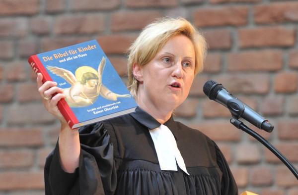 Pfarrerin Christine Kress schenkte den neuen HagenSchülern eine Bibel und eine Jakobsmuschel.