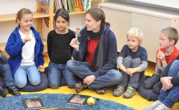 Aufmerksam lauschten die Kinder im Morgenkreis Tina Aumüller.