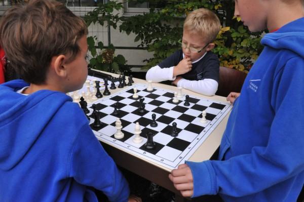 Die Mitglieder der Schach-AG demonstrierten auf dem Schulhof ihr Können.