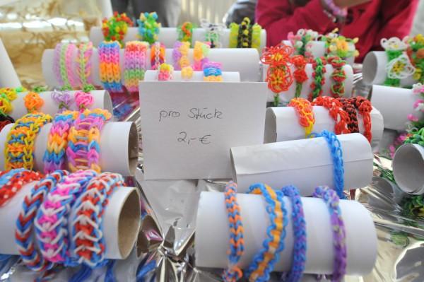 Eine Mutter hatte kleine Kunstwerke aus Loom-Bändern hergestellt.