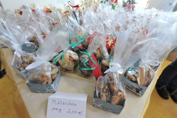 Die Eltern hatten unzählige Tüten mit selbst gebackenen Keksen gefüllt.