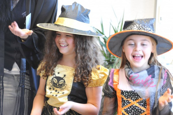 Zwei kleine Hexen beim Theaterstück.