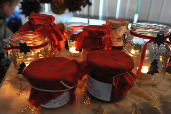 Selbstgemachte Marmelade in verschiedenen Geschmacksrichtungen.