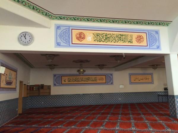 Im Innern der Moschee gab's überall bunte Kacheln und Malereien.