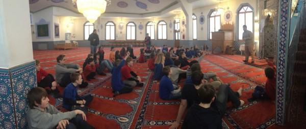 Die Schüler nahmen auf dem Gebetsteppich Platz.