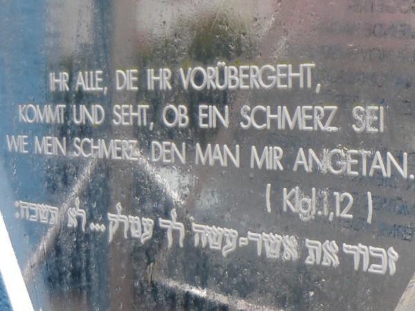 Klagelieder 1, 12 ist auf einer Tafel in der Synagoge zu lesen.